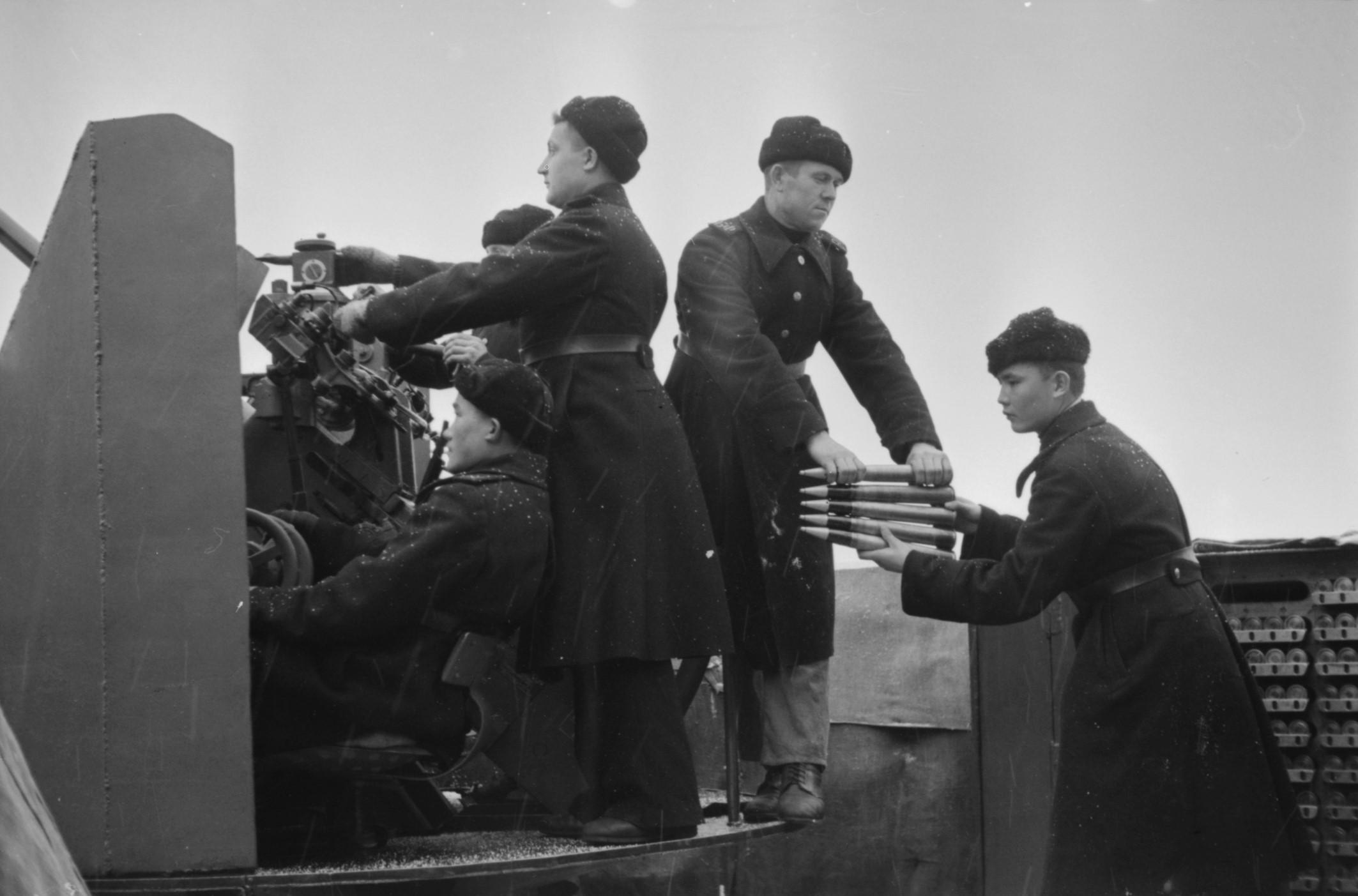 Зенитный расчёт ведет огонь по врагу, 1944