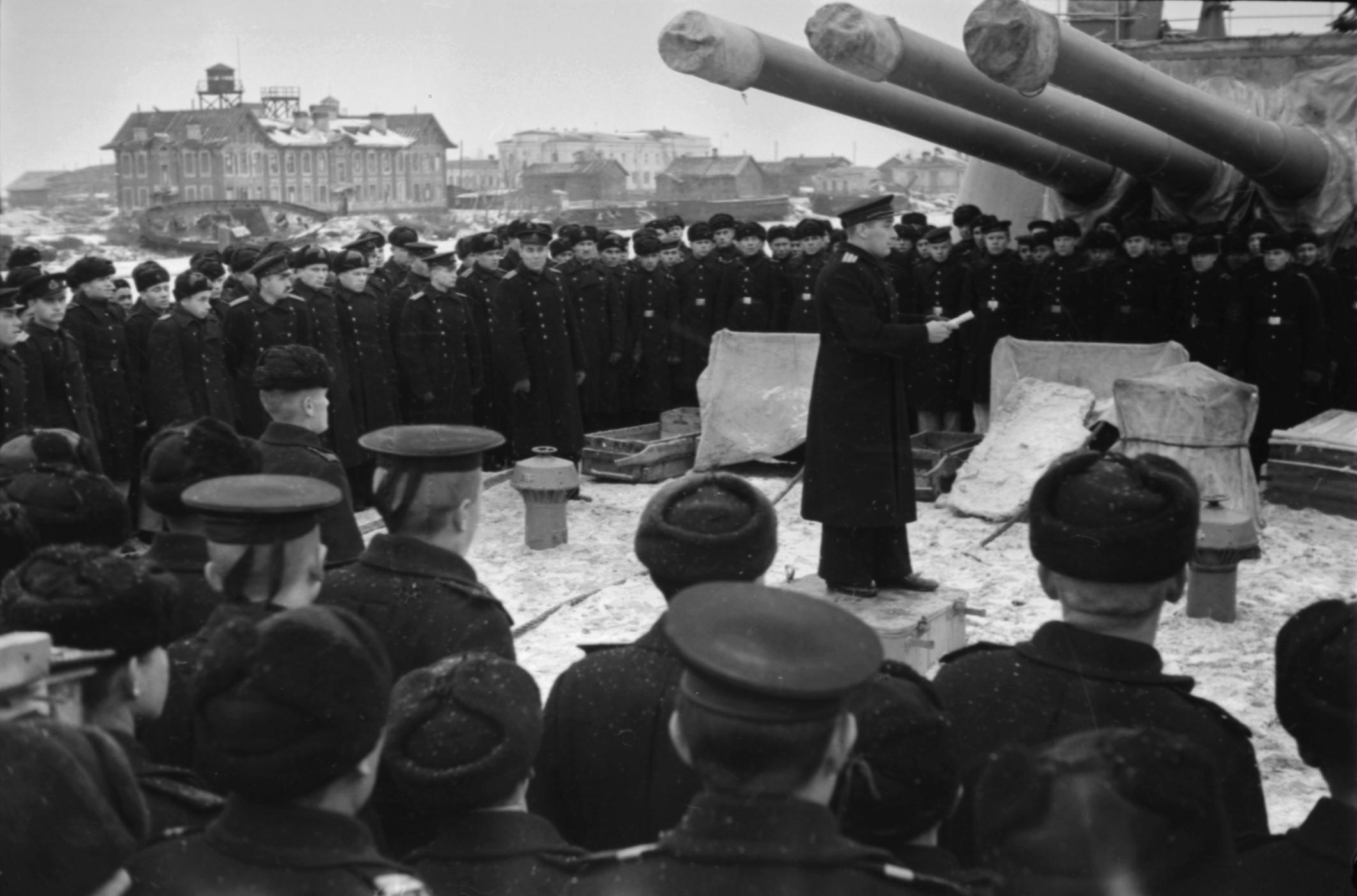 Экипаж слушает приказ командующего Балтийским флотом, 1944