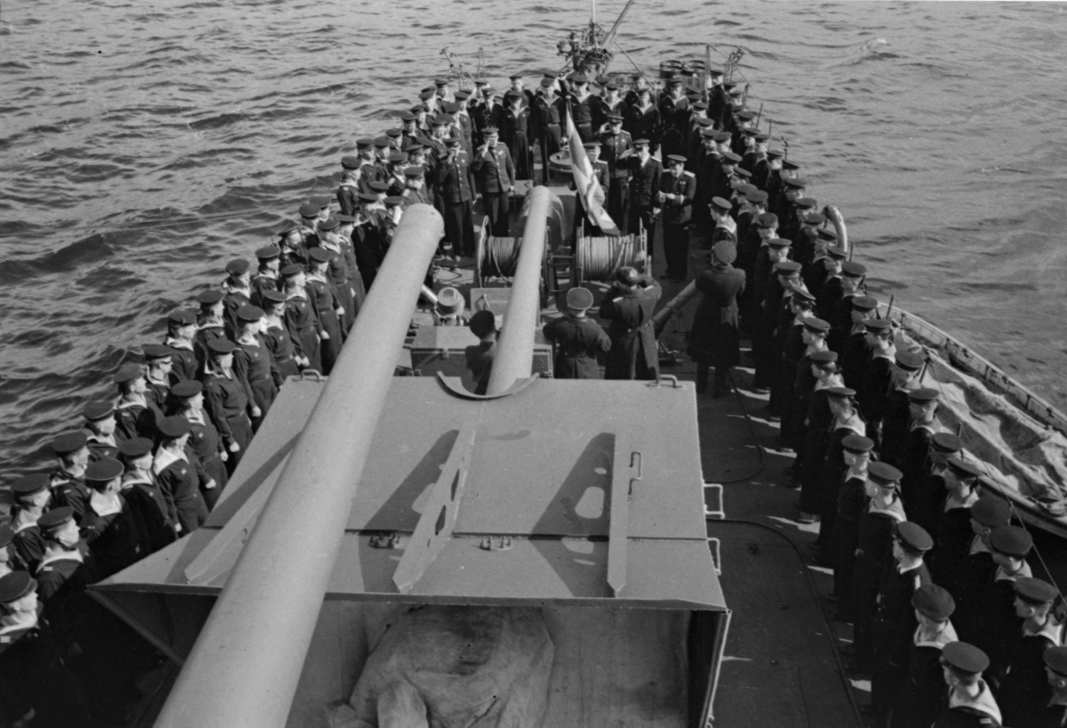 Церемония присвоения кораблю гвардейского звания, 1943